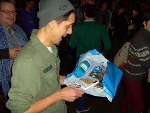Joeri van Putten met een pakketje