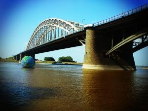 De wereldbol en de Waalbrug